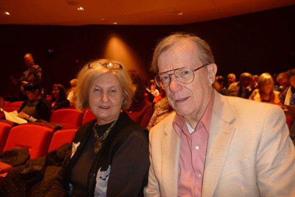 兰•霍顿(Len Horton)先生和他的朋友吉尔•罗素(Gail Russell)女士一同观看了周日下午的演出(摄影:黄海默/大纪元)