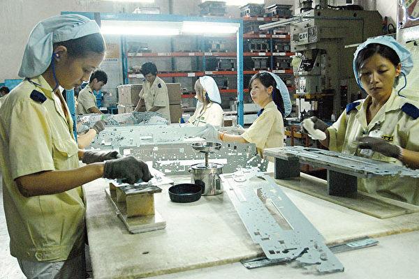 制造业台商在中国经营环境日趋恶劣,纷纷撤离。图为东莞台商工厂的女作业员。(AFP)