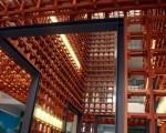 台南应用科大引用台湾传统竹编编构技术,以木条编织老教室的新生命,作为全校师生文创作品的展场。(摄影:赖友容/大纪元)