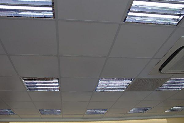 全家便利商店嘉义博东店店内照明一律使用LED灯。(摄影:李撷璎/大纪元)