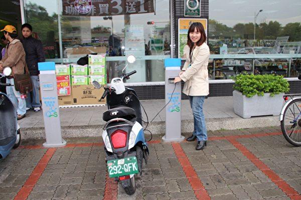 嘉义市政府环保局孙科长告诉电动车驾驶,可以到全家嘉义博东店免费充电。(摄影:李撷璎/大纪元)