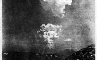最近發現一張原子彈在廣島爆炸時的稀有照片,顯示蕈狀雲分為一上一下兩朵。(AFP PHOTO)