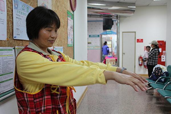 觀察患者雙手是否能平舉抬高。(聖馬爾定醫院提供)