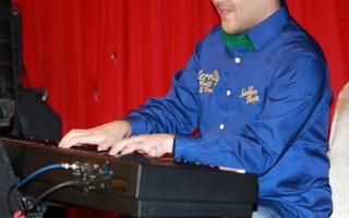 黃裕翔也在記者會現場彈奏一經典台語老歌《黃昏的故鄉》。(圖/天空藍文化提供)