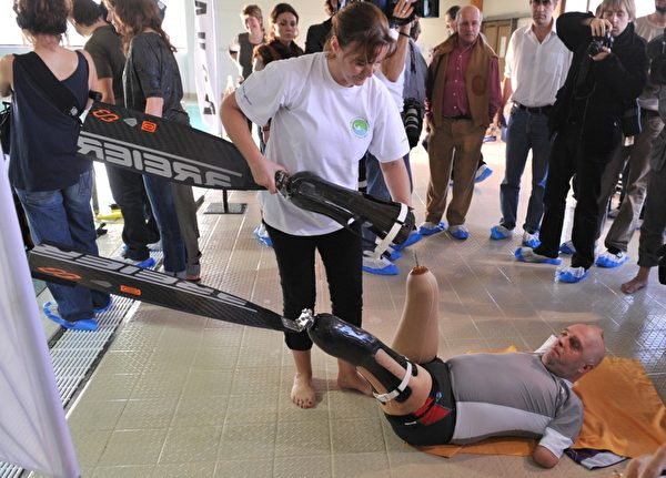 """当地时间2013年1月10日,比利时布鲁塞尔,四肢截肢的法国男子克瓦松(Philippe Croizon)在名为""""nemo 33""""世界最深的游泳池内,潜水33米,打破了残疾人潜水世界纪录。(GEORGES GOBET / AFP)"""