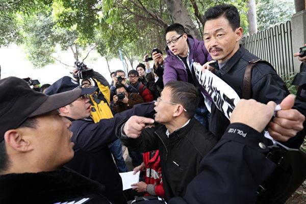 """在经过长达一周的媒体自由对峙之后,中共加剧了镇压。当局并未兑现不进行""""出版前审查""""的承诺,阻止了一篇新社论的发表,并强行终止在报社外面的示威,抓走一些抗议者。(AFP)"""