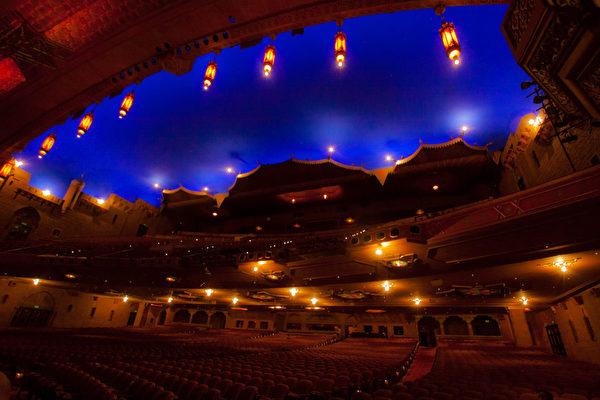 2013年神韻全球巡演首月北美南美56場﹐80%場次爆滿﹐覆蓋逾8萬觀眾。圖為美國亞特蘭大的福克斯劇院。神韻在亞特蘭大的首場演出在科布中心舉行,售票火爆,在開演前應觀眾和劇場要求臨時開放更多座位。神韻在國際受西方主流社會和海外華人熱捧,讓中共十分驚恐,中共特務1月9日在美國亞特蘭大神韻第四、五場演出的福克斯劇院附近企圖毀壞神韻藝術團的汽車並製造恐怖事故,但未得逞,事件已經報給美國警方和安全部門。中共的流氓行為給中國和中國民眾帶來羞辱。(攝影:絲雨/大紀元)
