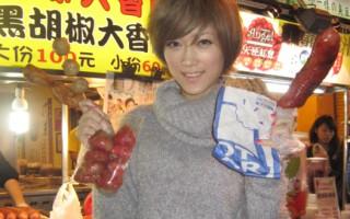 李娅莎在台湾夜市享受美食。(图/滚石提供)