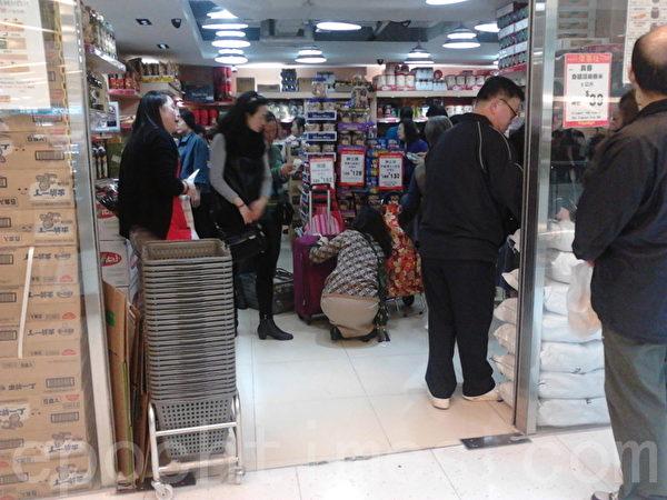 自由行、水貨客改變了香港整個消費模式和零售市場,購買大量日用品的大陸遊客除集結在新界上水外,舉凡從中港邊境口岸火車或巴士等能直達的地方,如屯門、元朗、大埔等,都不難遇到買了一車車外國牌子食品的人。(攝影:錢正富/大紀元)