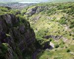从英国切达峡谷上方欣赏峡谷岩壁与谷底往来的汽车。(Matt Cardy/Getty Images)