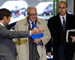 联合国的国际和平特使拉赫达尔‧卜拉希米上(Lakhdar Brahimi)(中)于2013年1月11日抵达瑞士日内瓦,与俄罗斯副外长米哈伊尔‧博格丹诺夫(Mikhail Bogdanov)、美国副国务卿威廉‧伯恩斯(William Burns),三人就结束叙利亚内战问题举行三方会议。(摄影:FABRICE COFFRINI/AFP/Getty Images)