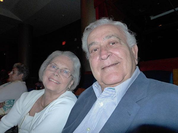 美國銀行(Bank of America)國際信託部前副總裁Felix Martinez偕太太Maria Guerica Martinez觀看演出後,慶幸自己有幸得睹神韻風采。(攝影:楊辰/大紀元)