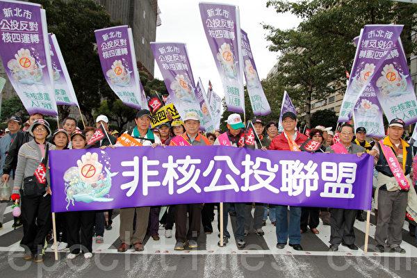 民進黨13日在台北舉辦火大遊行,非核公投連盟走上街頭,對政府表達心中的不滿。(攝影:羅郁棠 /大紀元)