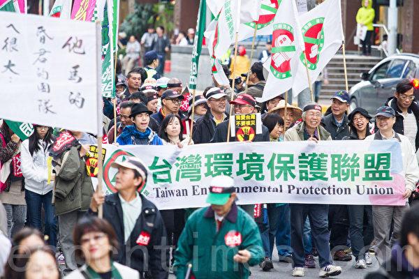 民進黨13日在台北舉辦火大遊行,台灣環境保護聯盟走上街頭,對政府表達心中的不滿。(攝影:陳柏州/大紀元)