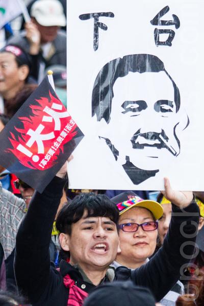 民進黨13日在台北舉辦火大遊行,青年學子拿著「馬英九下台」的畫像,對政府表達心中的不滿。(攝影:陳柏州/大紀元)