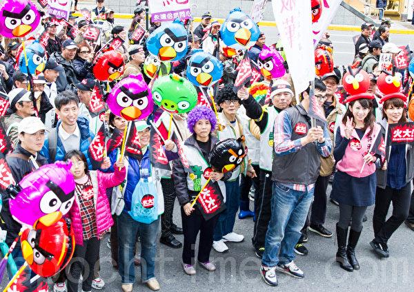 民進黨13日在台北舉辦火大遊行,民眾帶著憤怒鳥的氣球走上街頭,對政府表達心中的不滿。(攝影:陳柏州/大紀元)