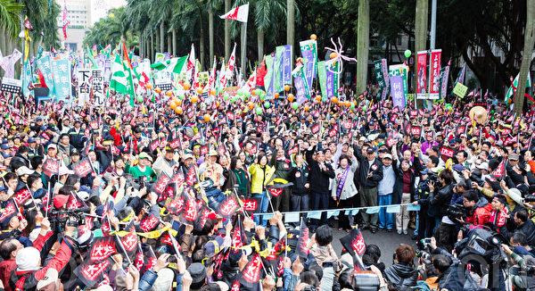 民進黨13日在台北舉辦「人民火大、一路嗆馬」遊行,黨主席蘇貞昌領軍,帶領近15萬人走上街頭。(攝影:陳柏州/大紀元)