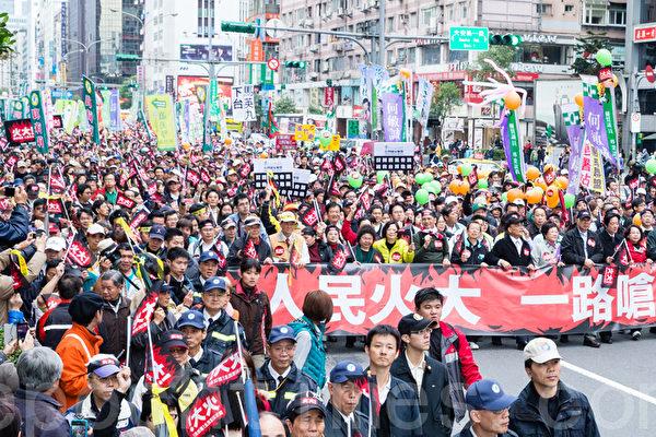民進黨13日在台北舉辦「人民火大、一路嗆馬」遊行,黨主席蘇貞昌(前右七)領軍,帶領近15萬人走上街頭。(攝影:陳柏州/大紀元)