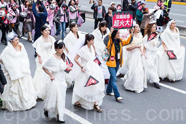 民進黨13日在台北舉辦火大遊行,民眾帶穿著婚紗走上街頭,對政府表達心中的不滿。(攝影:陳柏州/大紀元)