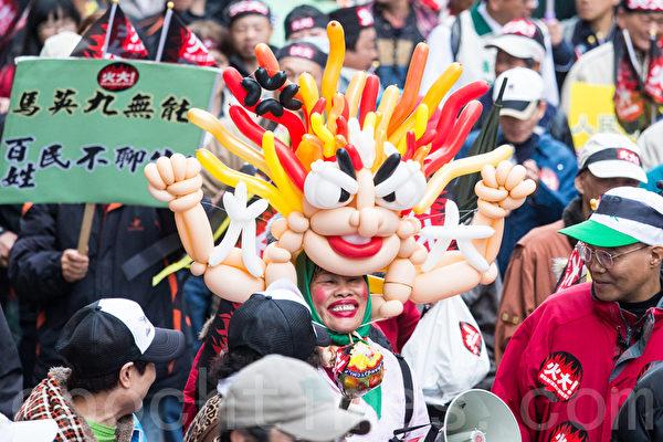 民進黨13日在台北舉辦火大遊行,民眾自製「火大」氣球人,戴在頭上猶如怒髮衝冠。(攝影:陳柏州/大紀元)