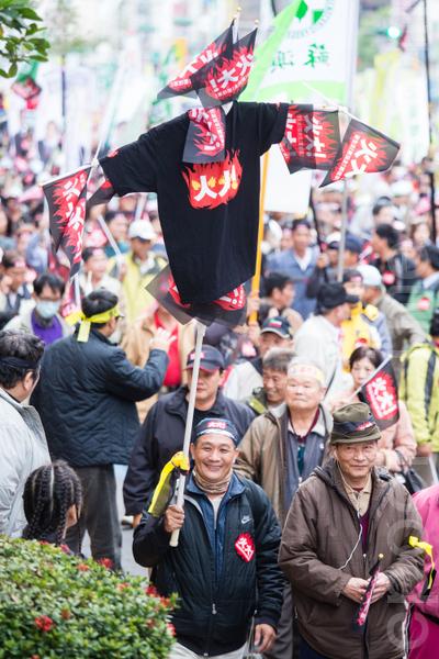 民進黨13日在台北舉辦火大遊行,民眾自製「火大」稻草人走上街頭,對政府表達心中的不滿。(攝影:陳柏州/大紀元)
