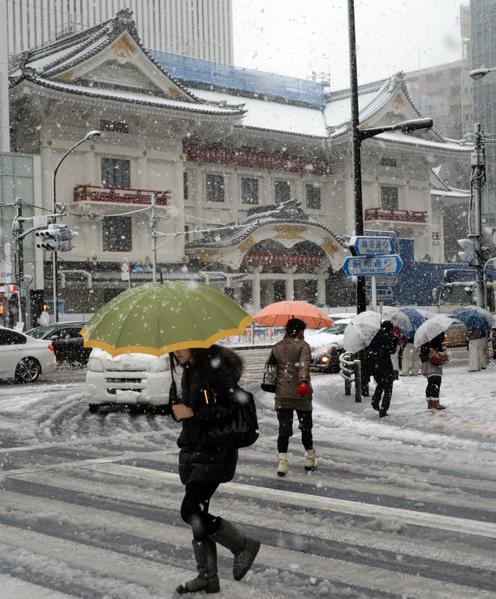 2013年1月14日,东京都心降下今年冬天第一场雪。图为银座购物区。(TOSHIFUMI KITAMURA/AFP)