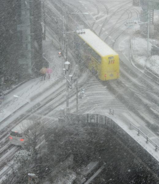 2013年1月14日,东京都心降下今年冬天第一场雪。图为银座购物区冰雪覆盖的街道。(TOSHIFUMI KITAMURA/AFP)
