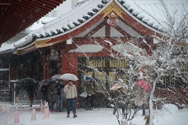 2013年1月14日,东京都心降下今年冬天第一场雪。图为东京浅草寺。(TOSHIFUMI KITAMURA/AFP)