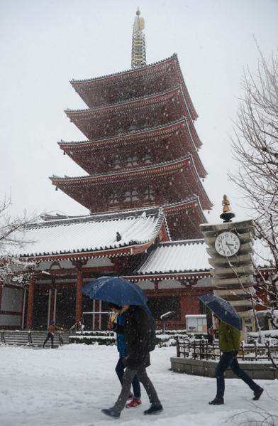 2013年1月14日,东京都心降下今年冬天第一场雪。图为东京浅草寺五层宝塔。(TOSHIFUMI KITAMURA/AFP)