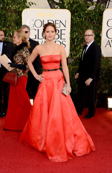 珍妮佛勞倫斯(Jennifer Lawrence)平口紅色禮服,搭上亮皮黑色皮帶,展現大方儀態。(Jason Merritt/Getty Images)