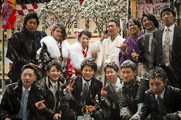 日本东京的20 岁新成人在瑞雪中留影纪念成年。(摄影:梁超人/大纪元)