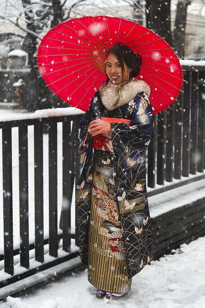 新成年少女撑传统木伞行走于江户风情的浅草街道。(摄影:梁超人/大纪元)