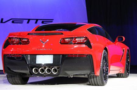 雪佛兰(Chevrolet)周日(13日)发布的2014 Corvette Stingray,设有铝制的车身底部、碳纤维复合材料制成的引擎盖和车顶。与一级方程式赛车中使用的材质相同。(Geoff Robins/AFP)