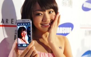 南韓三星電子15日在台推出高階智慧機GALAXY Premier,主打拍照功能和4.65吋高畫質螢幕,鎖定愛自拍的年輕消費族群。(中央社)