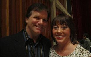 透明包裝製品公司總裁戴夫‧丹尼森(Dave dennison)夫婦也被神韻藝術團完美的呈現所打動。(攝影:李佳/大紀元)