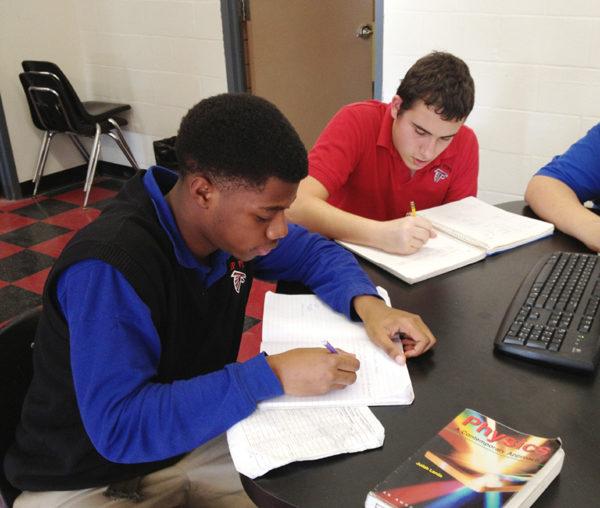 福德天主中学为优质生提供先修课程和荣誉课程(学校提供)