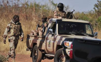 当地时间1月16日,马里的激进组织反叛军在邻国阿尔及利亚,绑架了英国BP石油公司员工。图为马里国民卫队在首都巴马科巡逻。(AFP)