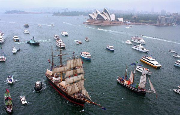 各式船只在雪梨港航行,行经雪梨歌剧院。(Photo by DRINA THURSTON / AFP)