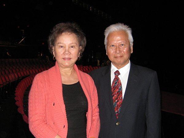 喜瑞都市(Cerritos)第一任華人市長胡張燕燕(Grace Hu),偕先生胡天來(Bill Hu)博士,美富銀行高管一起觀看了19日下午的神韻演出,兩人都高度評價神韻演出。(攝影:方圓/大紀元)