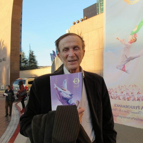 熱愛藝術的投資家Stanley Behrens先生認為演出非常精彩,並且從中體會到災難面前要一直秉持希望和夢想。(攝影:曾容格/大紀元)