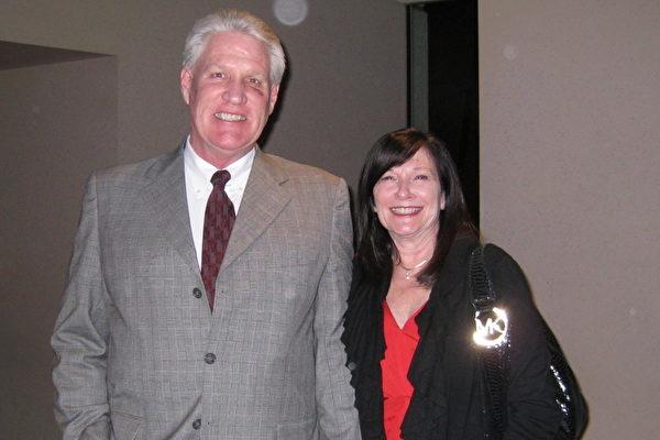 人力資源公司業主John Vlietstra先生與太太Lisa看完演出後盛讚神韻所表現的中華多元文化。(攝影:方圓/大紀元)