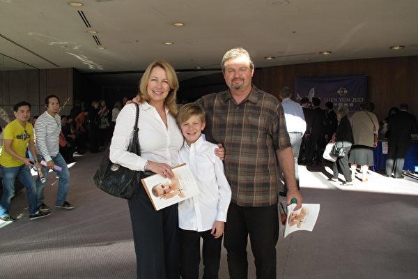 地产经纪维克多•佛斯(Victor Voss)和太太琼妮、儿子奥斯丁一家三口来观看1月20日下午在橙县表演艺术中心举行的第四场神韵演出。(摄影:刘菲/大纪元)