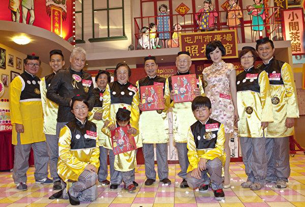 王澤教授與一眾「老夫子」。(攝影:余鋼/大紀元)