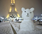 巴黎埃菲尔铁塔下的雪景(摄影:MEHDI FEDOUACH/AFP/Getty Images)