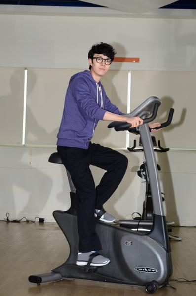 方大同为了保有最佳状态,请来健身教练锻炼体力,难得展现运动细胞。(图/华纳提供)
