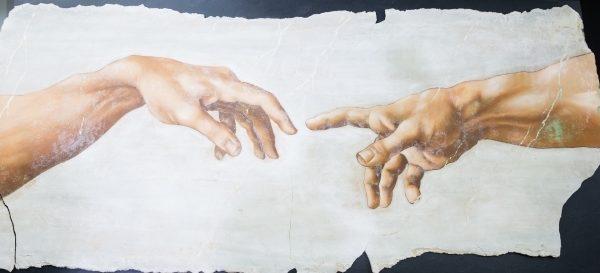 「天堂.審判.重生 米開朗基羅:文藝復興巨匠再現」特展23日舉行開箱記者會。圖為《創造亞當之手》局部濕壁畫複製。(攝影:陳柏州/大紀元)