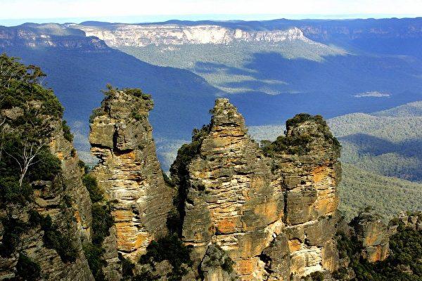 位于蓝山的三姊妹峰犹如三个姊妹依偎在一起。(Photo by GREG WOOD / AFP)