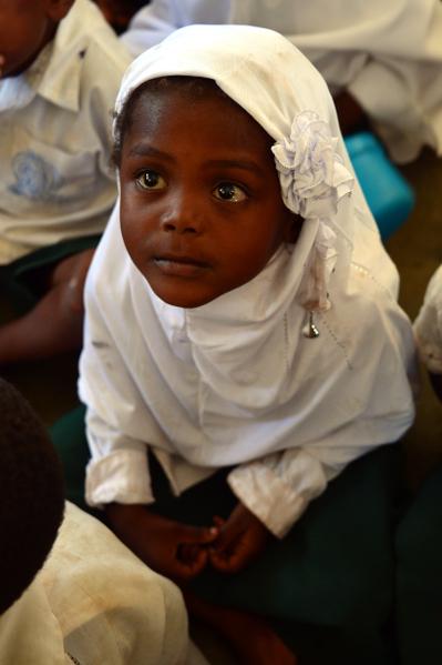桑吉巴教室内可爱学童。(GABRIEL BOUYS/AFP)