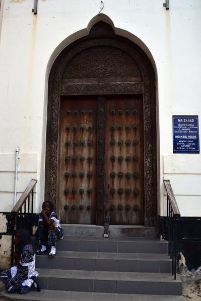 桑吉巴石城区建筑物的高大木门上布满铜钉,华丽的图案精雕细刻,具有典型的阿拉伯风格。(GABRIEL BOUYS/AFP)