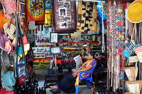 桑吉巴石城区小贩。(GABRIEL BOUYS/AFP)